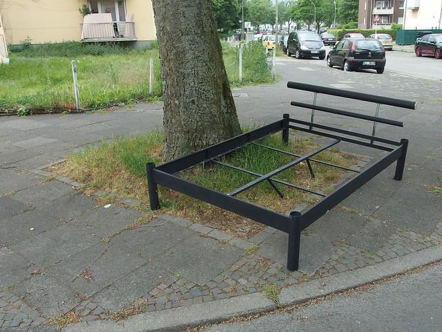 Ein Bett am Straßenrand(feld)