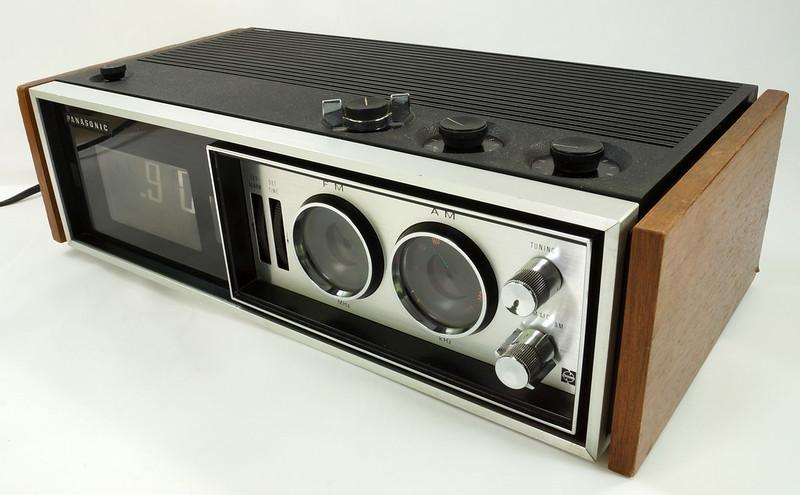 RD29017 Vintage Premium 1969 Panasonic National RC-7469 Flip Snooze Alarm Lighted Clock DSC08642