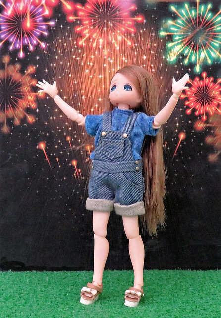 Tiny Chiika Watches The Fireworks