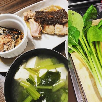 小松菜一掴みを味噌汁にイン。お味噌もいい感じに熟成されて旨い!😋