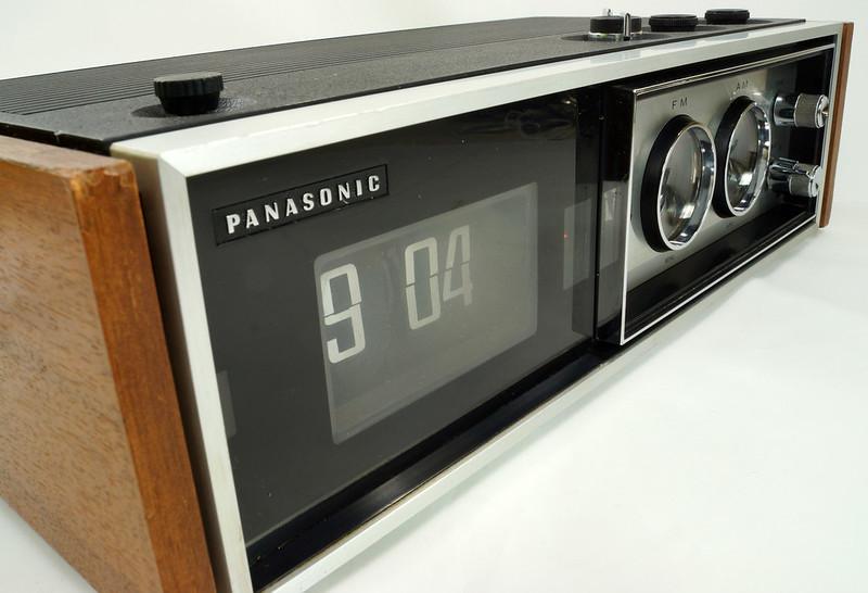 RD29017 Vintage Premium 1969 Panasonic National RC-7469 Flip Snooze Alarm Lighted Clock DSC08644