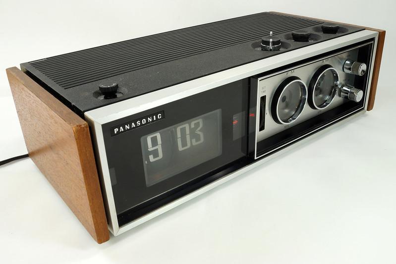 RD29017 Vintage Premium 1969 Panasonic National RC-7469 Flip Snooze Alarm Lighted Clock DSC08641