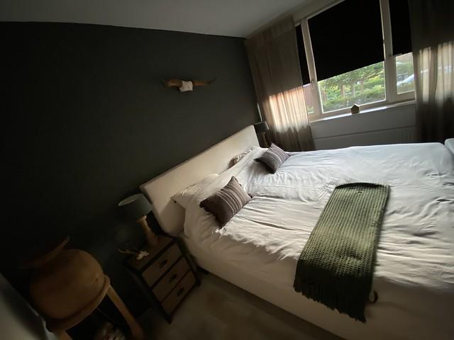 Zwarte muur landelijke slaapkamer