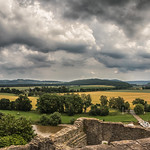 17. Juuni 2020 - 13:32 - Gewitter liegt in der Luft und ganz viel Himmel.  Panorama von der Burgruine Polle aus ins Wesertal. Ein Gewitter war im Anmarsch.