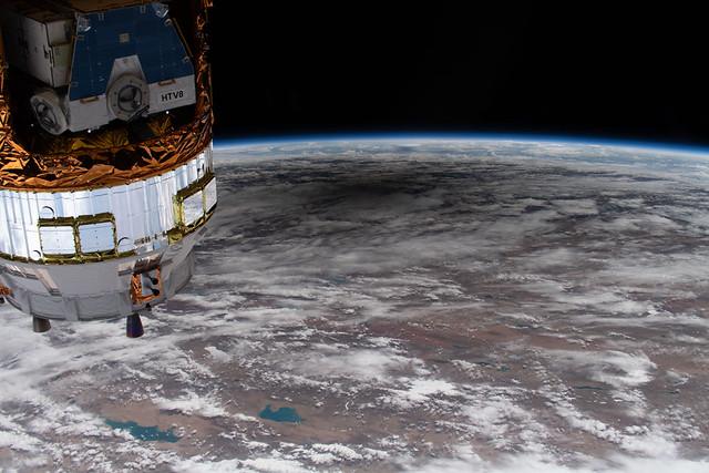 VCSE - A Föld egy része a Nemzetközi Űrállomásról fényképezve. A Hold árnyéka a fekete folt a kép közepétől kissé felfelé. - Forrás: APOD, NASA, ISS