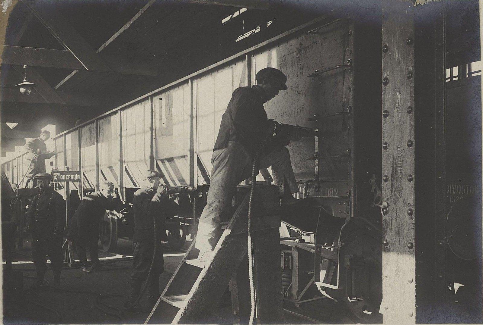 135. Склёпка стоек с рамой, ступенек и отдельных частей боковых стенок