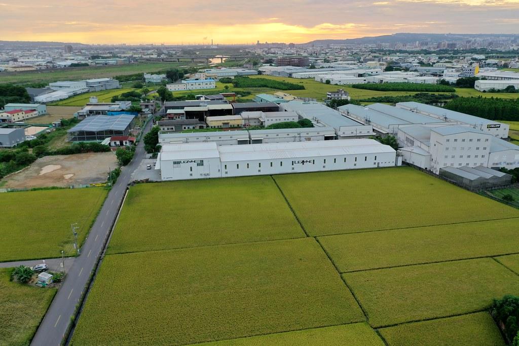 台中市郊區隨處可見工廠與農田林立的景觀。資料照,於台中市大里區夏田里,孫文臨攝。