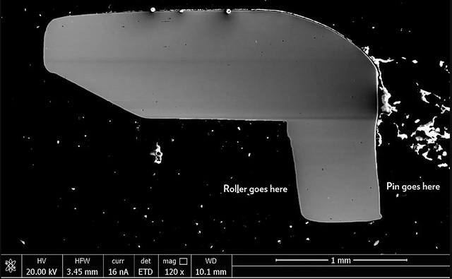 走査電子顕微鏡(SEM:Scanning Electron Microscope)を使ってピンの穴があいている部分の内側のリンク(プレート)の断面(内側のチェーンリンクの半分)を撮影