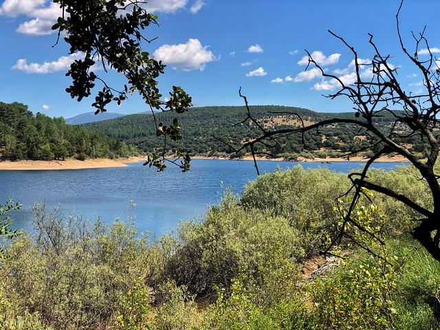 Paisaje desde la isla del Embalse de Puentes Viejas (Sierra Norte de Madrid)