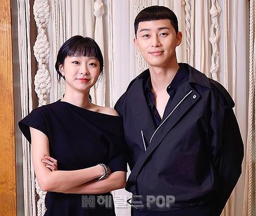 dan-cast-itaewon-class-hop-bao-rieng-tu-tranh-virus-corona-kim-da-mi-nhu-mac-do-doi-voi-park-seo-joon-lan-at-ca-kwon-na-ra-230-4714428_sfsp