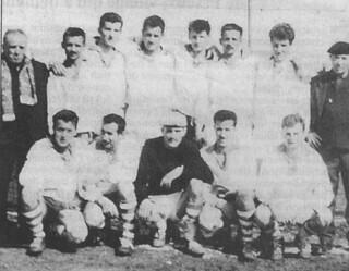 """Le """"dieu"""" Trompette(à gauche en tenue de ville avec l'écharpe) et l'équipe d'après-guerre de l'USO"""