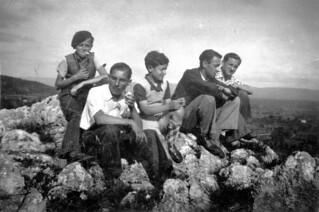 Cinq jeunes Orgeletains des années 1936, apprentis fumeurs au Mont Orgier