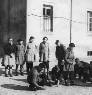 Partie de billes dans la cour de l'école d'Orgelet