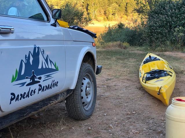 Vehículo y kayak de Paredes Paradise (Paredes de Buitrago, Sierra de Madrid)