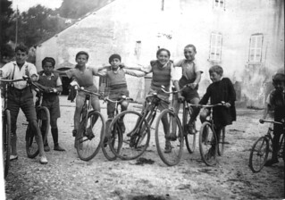 Jeunes cyclistes sur la place au vin