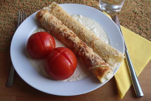 Überbackene Pfannkuchen in Parmesansoße mit heißen Tomaten