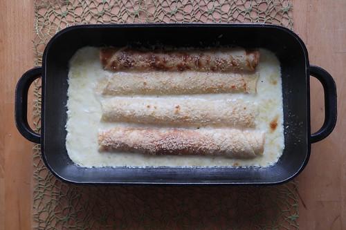 Im Backofen überbackene Pfannkuchen in Parmesansoße