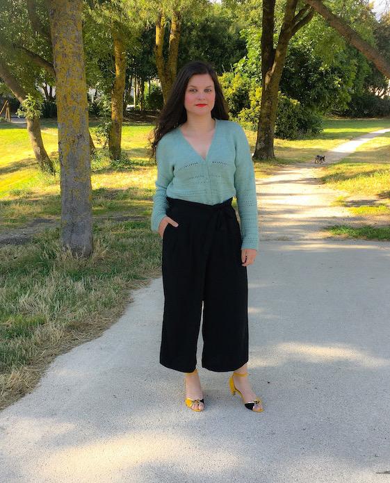 Look cardigan, pantalon large et sandales à talons jaunes