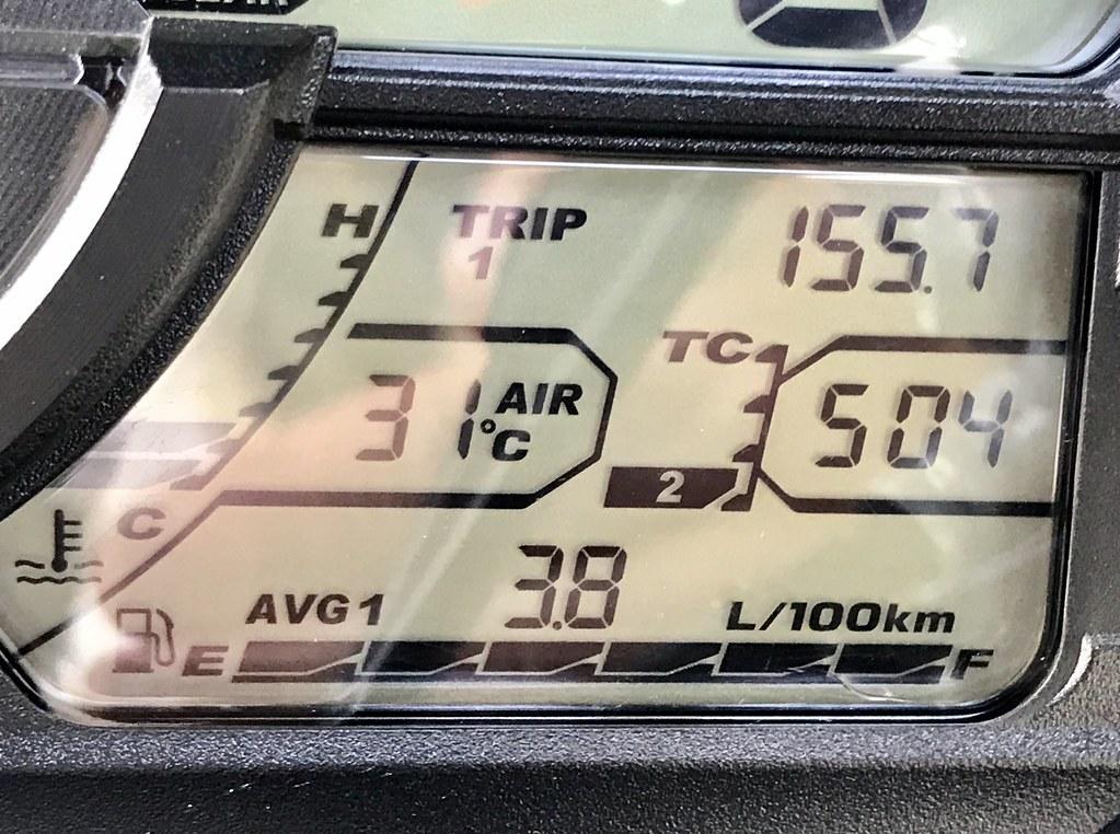 Ordinateur de bord indiquant 3,8 L/100 km de moyenne
