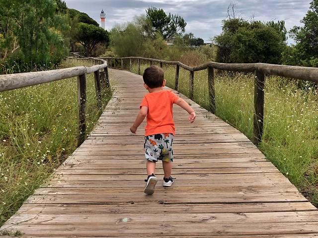 Unai en el sendero de El Rompido (Huelva)