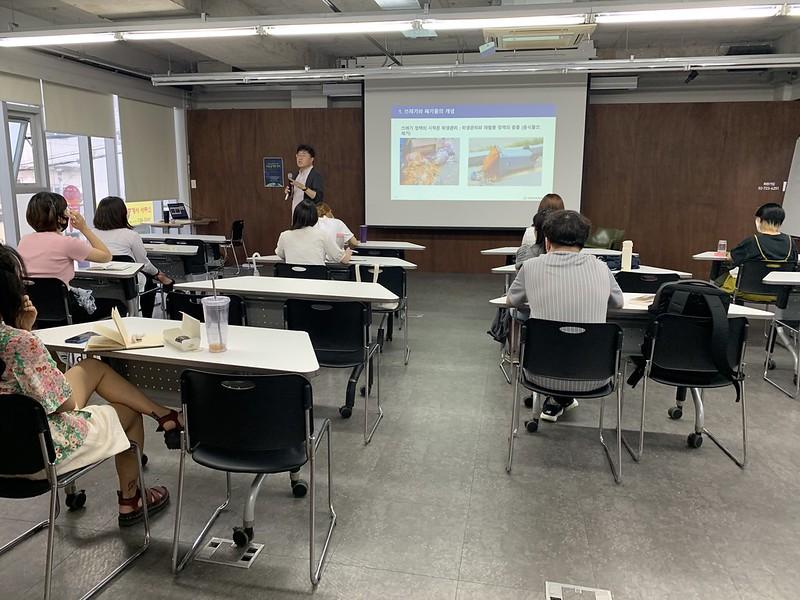홍수열 소장님이 강연하는 모습 사진