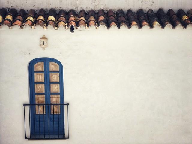 Ventana azul en un pueblo blanco andaluz (Frigiliana, Málaga) - Razones para viajar a Andalucía este verano