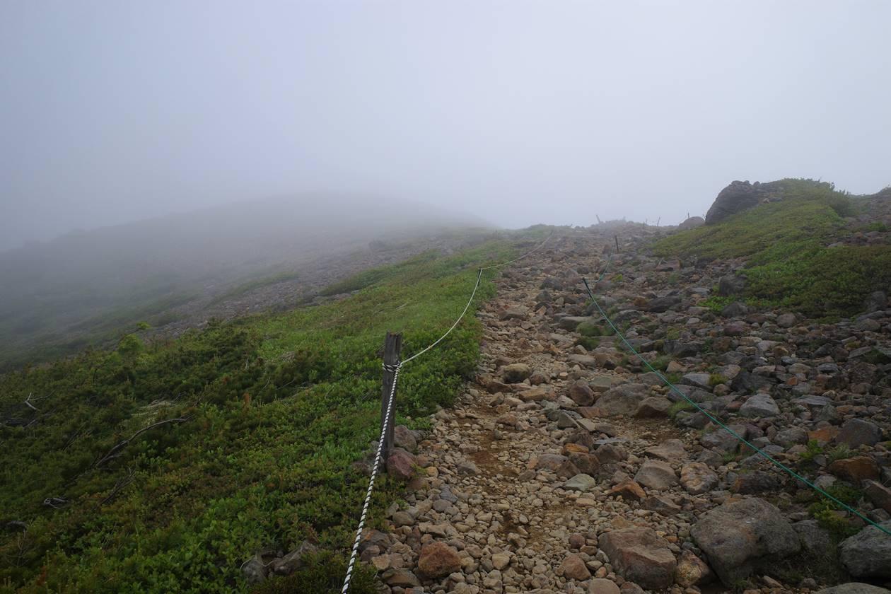 一切経山 ガスの中の登山