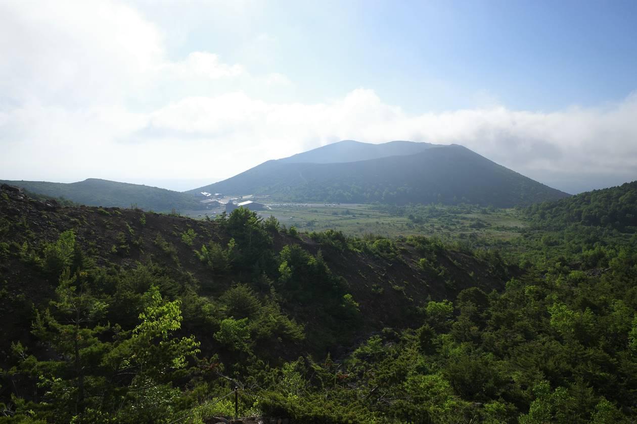 登山道から眺める吾妻小富士