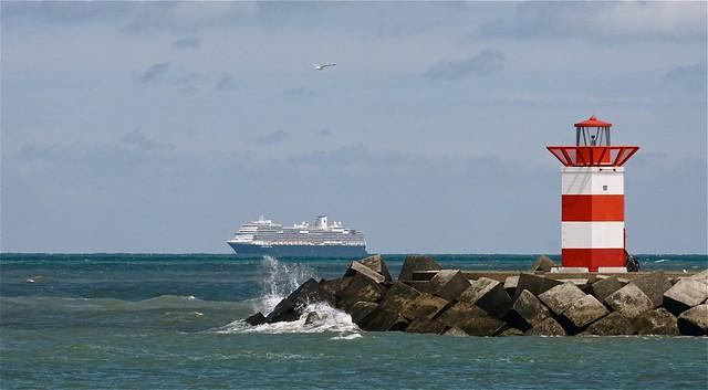 Cruiseschip voor de Scheveningse kust