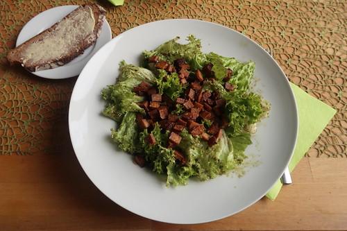 Lollo Bianco mit Kürbiskernöl-Dressing und Räuchertofu-Topping (meine Portion)