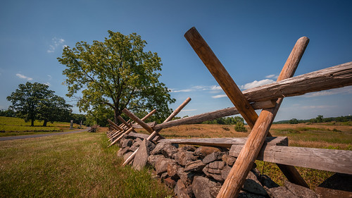outside outdoors sociallydistant pennsylvania adamscounty gettysburg summer july sunshine weather hot rural history roadtrip exploring july4th weekend vacation sony alpha a7riii ilece7rm3 fullframe voigtlander 15mm heliar aspherical superwideangle lens landscape photography manual battlefield nps militarypark fence grass field sky blue clouds vanishingpoint