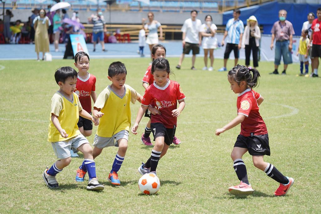 男孩女孩同場競技,共同享受足球樂趣。(大會提供)