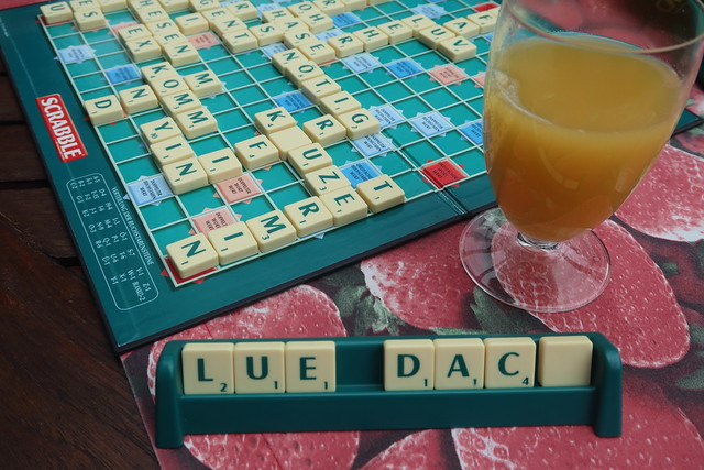 Ananassaft zur Partie Scrabble