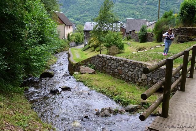 Juzet-de-Luchon, le petit pont sur le torrent