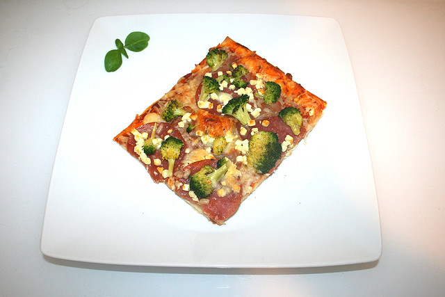 13 - Broccoli salami ham pizza with feta - Served / Broccoli-Salami-Schinken-Pizza mit Feta - Serviert