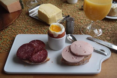 Lammsalami und Fleischwurst auf Weißbrot zum Frühstücksei