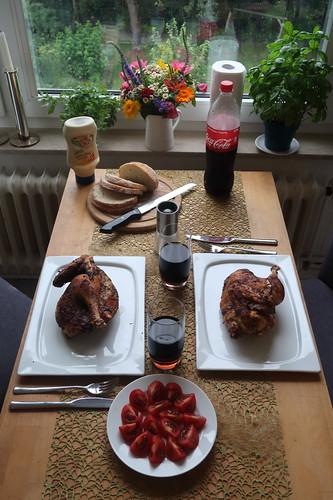 Brathähnchen mit Mayonnaise, Weißbrot und aufgeschnittenen Tomaten