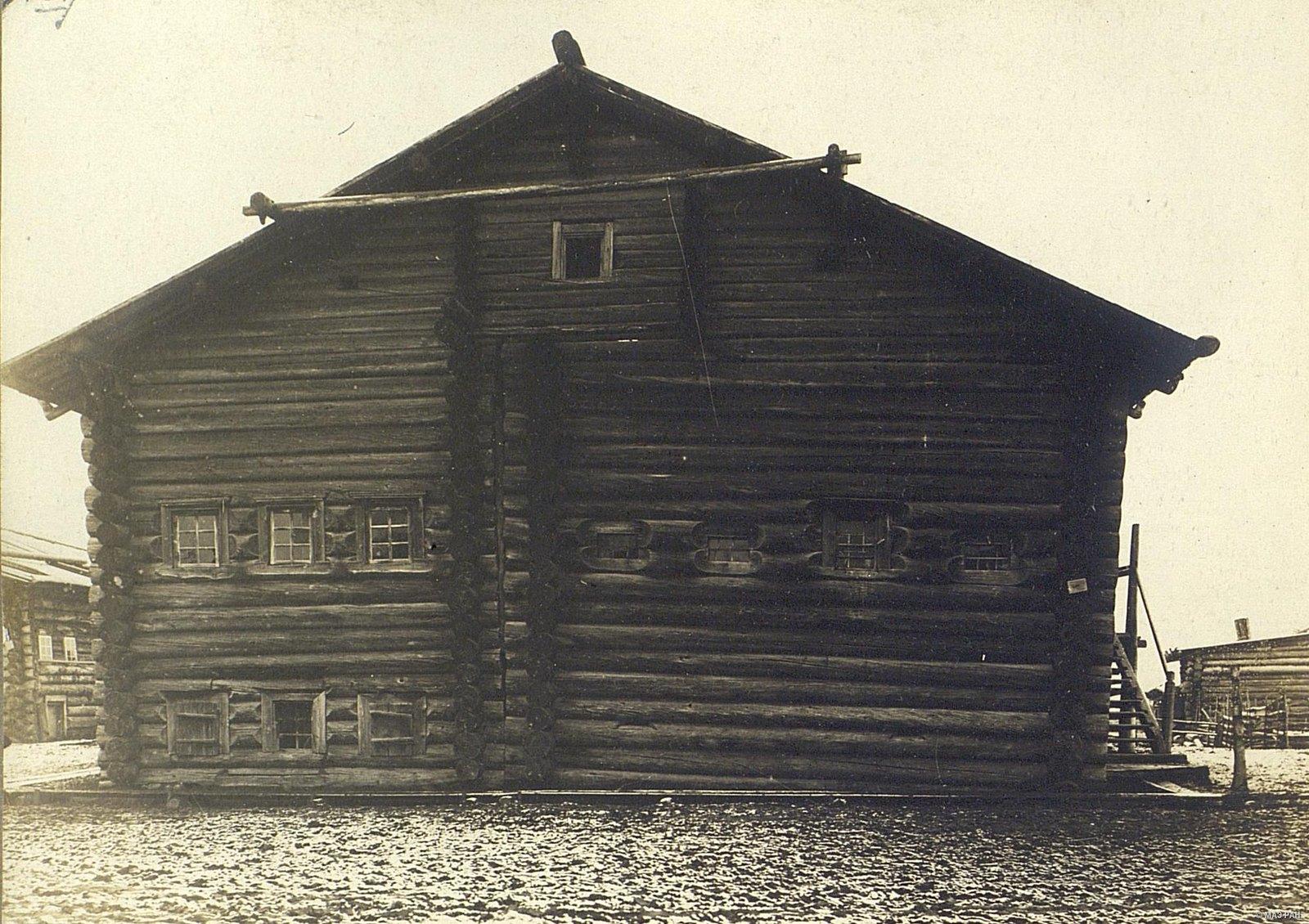 Мезень. Образец деревянного дома с подизбищею - первым этажом