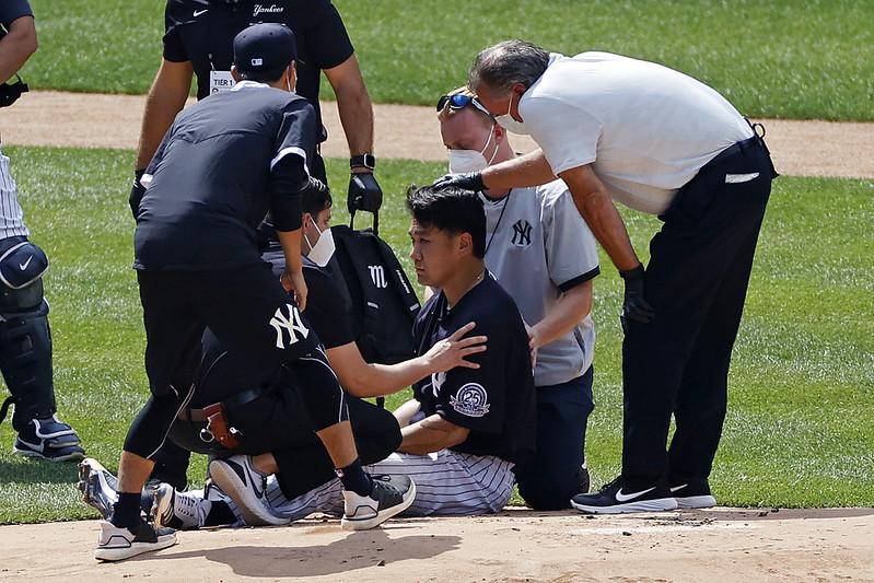 田中將大(右3)被擊中頭部後接受檢查。(達志影像)