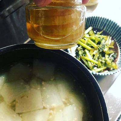 作り置きは大根の葉っぱきんぴら、カブのトロトロ煮。 後生大事にとっといた高級蜂蜜、ちょびーっと残ってていつまでも使わなさそうなのでレモンの輪切り突っ込んでシロップにした。
