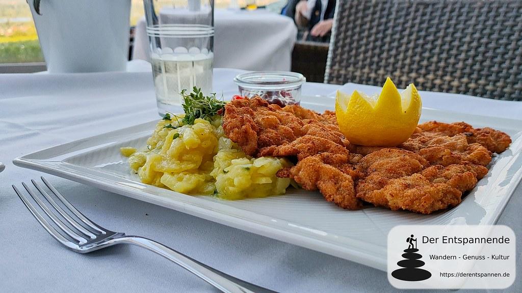 Original Wiener Schnitzelmit Kartoffel-Schnittlauchsalat und Preiselbeeren