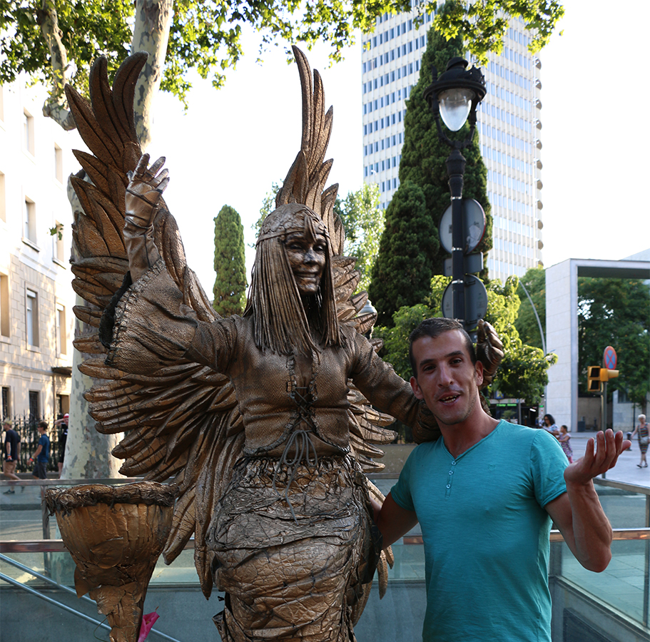 assaf henigsberg אסף הניגסברג טיול בברצלונה טיולים ברצלונה אמני רחוב ברצלונה מופעים של  פסלי אדם הופעה פסלים חיים אמנים ברחוב  הופעת אומני הרחוב תלבושת  אדם