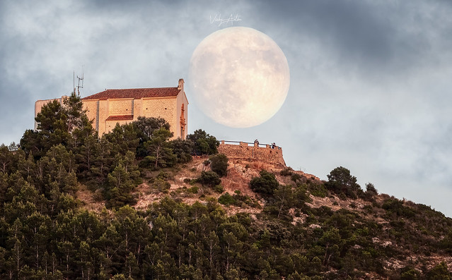 Salida de luna al 94% sobre la Ermita Santa Lucía y San Benet en Alcossebre.  03/Julio/2020
