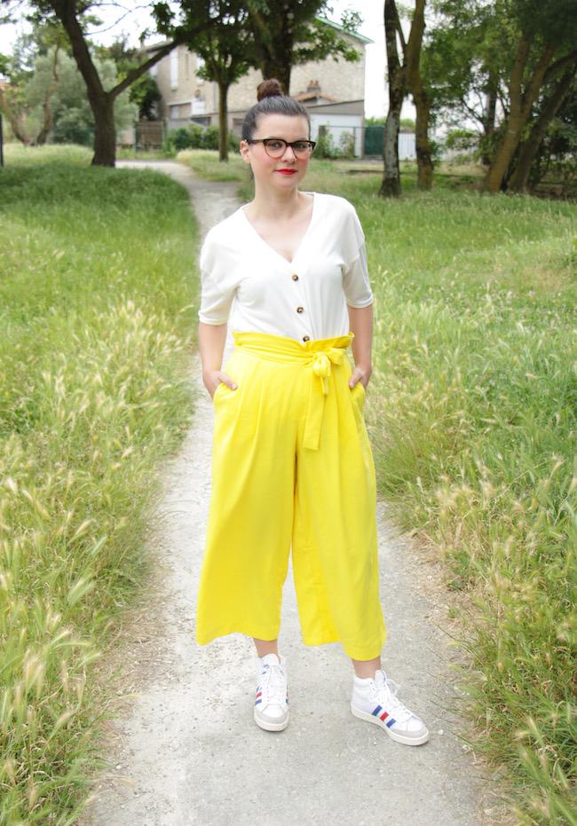 Comment porter le pantalon large jaune ?