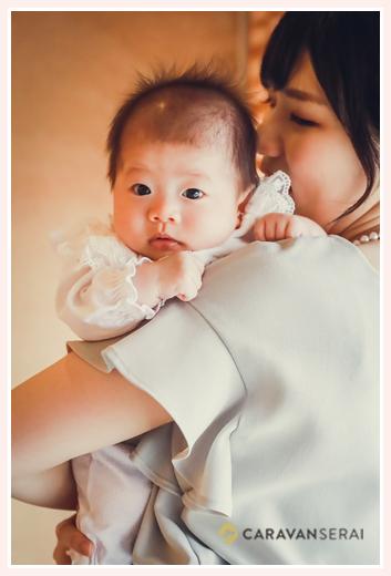 お宮参り後のお食事会 ママに抱っこされる赤ちゃん