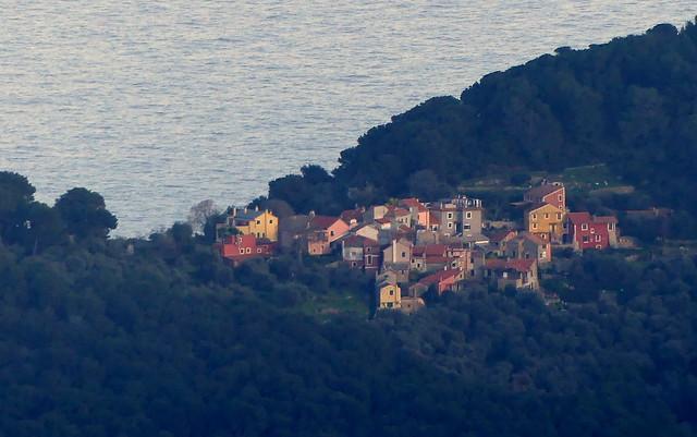 Vista verso Colla Micheri (Andora, SV). Sentiero da Villa Faraldi (Imperia) a Monte Ceresa (911 m). Liguria, Italia.