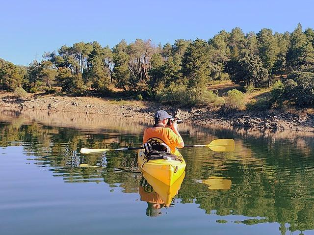 Sele en kayak en el Embalse de Puentes Viejas (Paredes de Buitrago, Sierra Norte de Madrid)