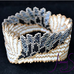 "Beadwoven Bangle by Jenny Schu 2019  <a href=""http://jennyschu.blogspot.com/2019/10/aziraphale-x-crowley-bangle.html"" rel=""noreferrer nofollow"">jennyschu.blogspot.com/2019/10/aziraphale-x-crowley-bangl...</a>"