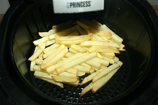 14 - Pommes zwischendurch durchschütteln / Shake french fries well