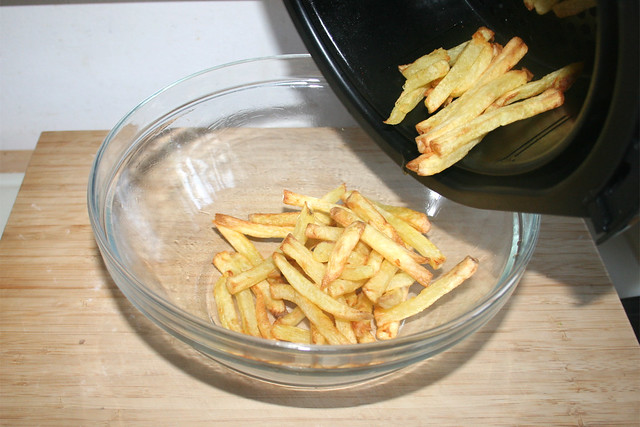 15 - Fritten in Schüssel geben / Put fries in bowl
